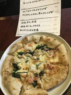 ズワイ蟹とほうれん草のクリームピザ