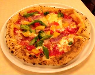 炭焼きベーコンと彩り野菜のトマトソースピッツァ