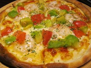 海老とアボカドのピザ