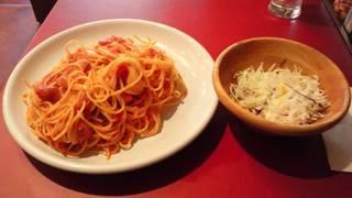 ソーセージとオニオンのトマトパスタ