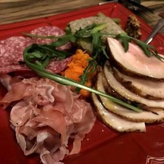厳選したお肉で提供するパテやハムなどいろいろ豪華3種盛り