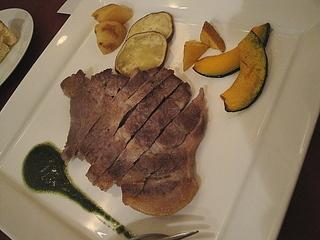 もち豚のタリアータ 黒オリーブとバジルソース