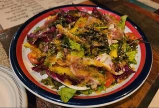 地鶏タタキのバジルソースサラダ