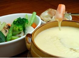 有機野菜と国産小麦バゲットのチーズフォンデュ