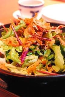 れんこんチップと緑のサラダ