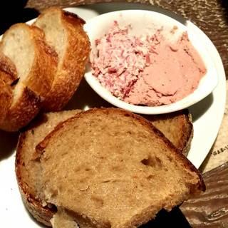 コンビーフとレバーペースト 天然酵母パン添え