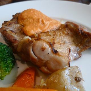 鶏もも肉のグリル パプリカとアーモンドのソース