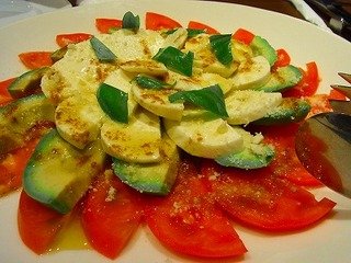 アボカドとトマトとモッツァレラチーズのサラダ