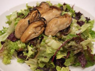 三陸産の牡蠣のサラダ