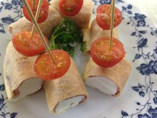 クリームチーズの生ハムピンチョス トマト添え