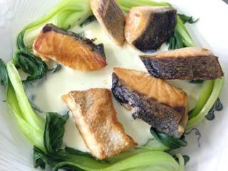 青梗菜とノルウェーサーモンの白ワインソース
