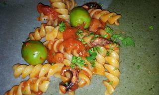たことオリーブのトマトソースパスタ