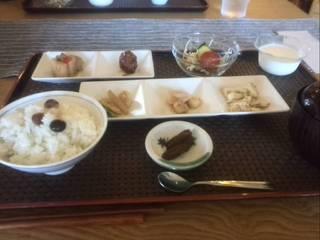 五色の豆ごはんと五色の日替わりお惣菜定食