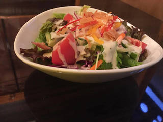 熱々ベーコンと温泉卵のシーザーサラダ