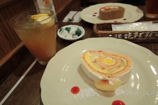 白桃のロールケーキ