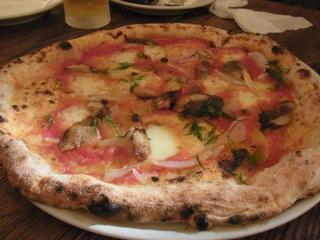 水牛モッツァレラチーズとミニトマトとルッコラセルバチョのピッザ