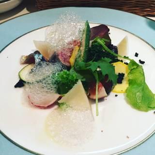 キャビアと夏野菜のサラダ レモン泡ソース
