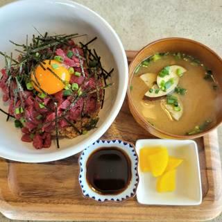 もっちり玄米の桜ユッケ丼定食