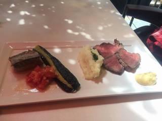 本日の魚料理と肉料理の盛り合わせ