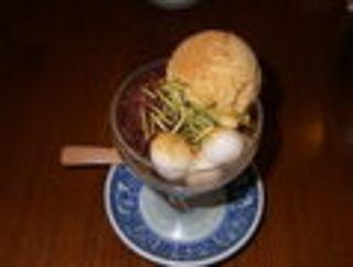手炒り焙じ茶寒天と加計呂麻黒糖アイスクリームあんみつ