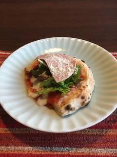 石窯で焼いたピッツァ モルタデッラのサラダピッツァ トマトソース