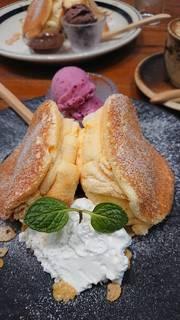 マスカルポーネのパンケーキ、ミックスベリーアイス添え