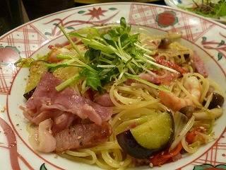 先斗町のにぎわいペペロンチーノたっぷり香味野菜添え