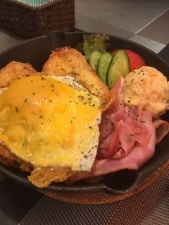 チェダーチーズエッグとベーコンのサラダ風フレンチトースト