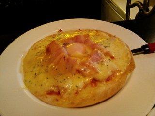 半熟卵とベーコンのピザ