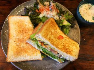 チキンバジルサンドセット(サンドウィッチ、サラダ、スープ、ドリンク)