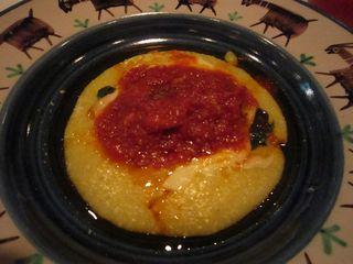 ウナギのトマト煮 柔らかいポレンタ添え