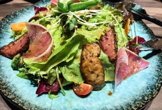 鴨肉の赤ワイン漬けフォアグラのエンポリサラダ
