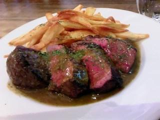 オーストラリア産牛ランプのステーキ グリーンペッパーソース
