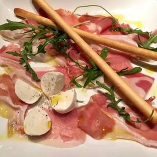 パルマ産生ハムと水牛モッツァレラチーズの盛り合わせ