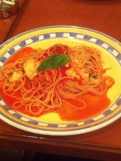 トマトとモッツァレッラチーズのトマトソースパスタ