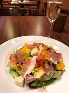 旬のやまなし野菜を食べるサラダ