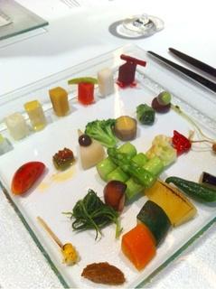 前菜の30種類野菜盛り合わせ