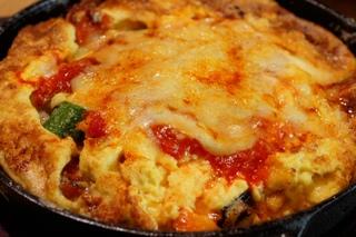 野菜いっぱいのオムレツ 鉄鍋グラタン