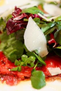 季節のフレッシュ野菜と塩漬け和牛もも肉のカルパッチョ