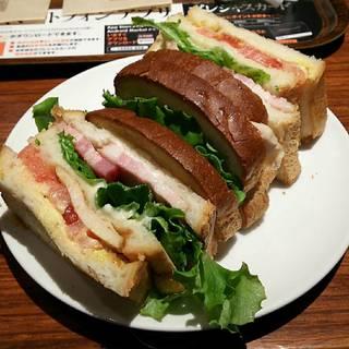 厚切りベーコンBLTサンドイッチ