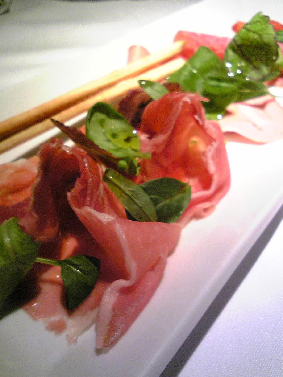 イタリア産生ハムとサラミの盛り合わせ