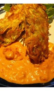 ポテトをまとった魚のフライ トマトクリームソース
