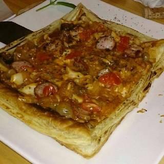 パイ生地のトマトソースピザ