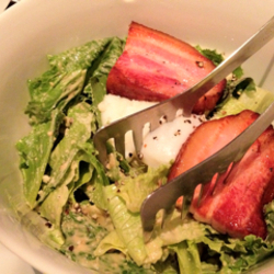厚切りベーコンと温泉卵のサラダ