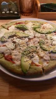 船橋名産「小松菜」が練りこまれた鶏肉とアボカドのピザ