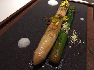 GVアスパラガス フランス産の白と壱岐このみ農園産の緑 菜の花の砂 トリュフの泡 卵黄コンフィのソースと松の実マヨネーズ