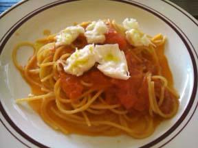 完熟トマトと水牛のモッツアレラチーズのスパゲティ