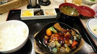 彩り野菜の黒酢チキンとろろ御膳