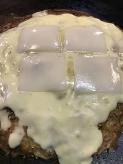 豚肉、餅、チーズトッピングのお好み焼き