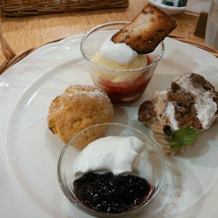 アフタヌーンセット季節のショートケーキ(モンブラン)季節のスコーンストロベリークリスピーパフェ